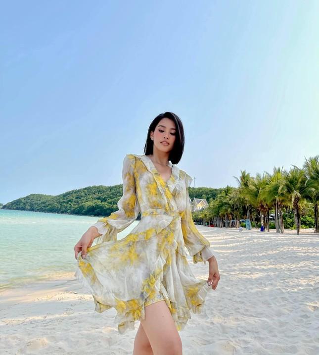 Tiểu Vy diện váy quyến rũ khoe dáng trước biển, Diễm Hương mặc váy bó sát nóng bỏng ảnh 1