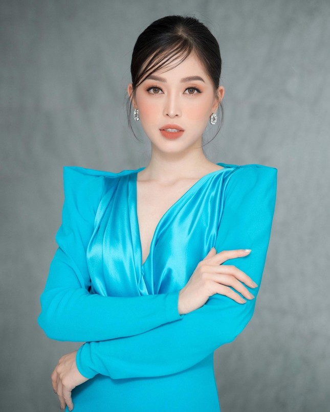 Tiểu Vy diện váy quyến rũ khoe dáng trước biển, Diễm Hương mặc váy bó sát nóng bỏng ảnh 12