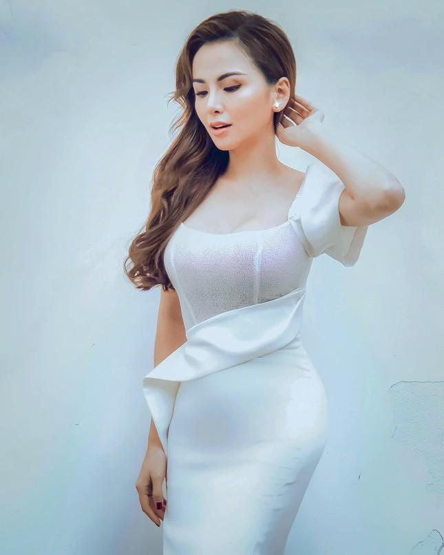 Tiểu Vy diện váy quyến rũ khoe dáng trước biển, Diễm Hương mặc váy bó sát nóng bỏng ảnh 4
