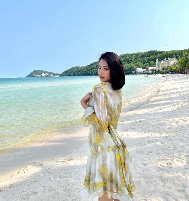 Tiểu Vy diện váy quyến rũ khoe dáng trước biển, Diễm Hương mặc váy bó sát nóng bỏng ảnh 3