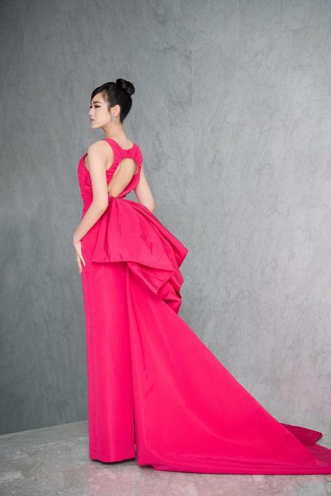 Mặc lại váy khoét lưng táo bạo của đàn chị Tiểu Vy, Đỗ Thị Hà được khen ngày càng quyến rũ ảnh 2
