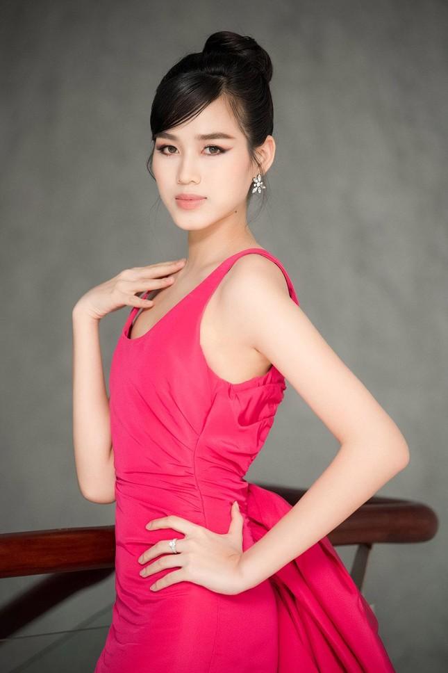 Mặc lại váy khoét lưng táo bạo của đàn chị Tiểu Vy, Đỗ Thị Hà được khen ngày càng quyến rũ ảnh 3