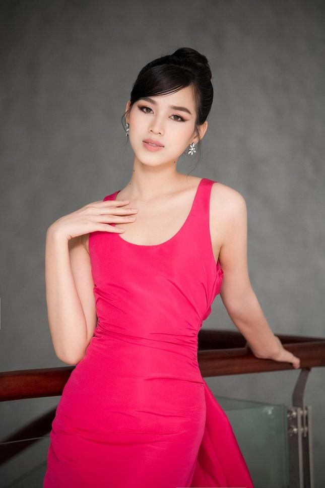 Mặc lại váy khoét lưng táo bạo của đàn chị Tiểu Vy, Đỗ Thị Hà được khen ngày càng quyến rũ ảnh 4