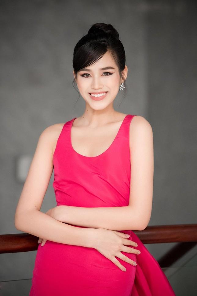 Mặc lại váy khoét lưng táo bạo của đàn chị Tiểu Vy, Đỗ Thị Hà được khen ngày càng quyến rũ ảnh 5