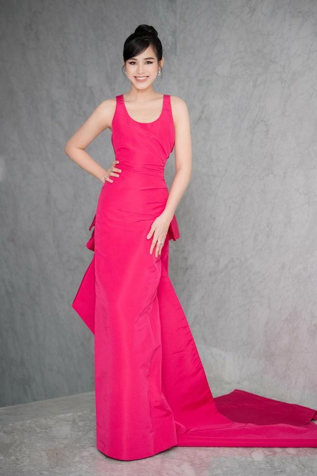 Mặc lại váy khoét lưng táo bạo của đàn chị Tiểu Vy, Đỗ Thị Hà được khen ngày càng quyến rũ ảnh 1