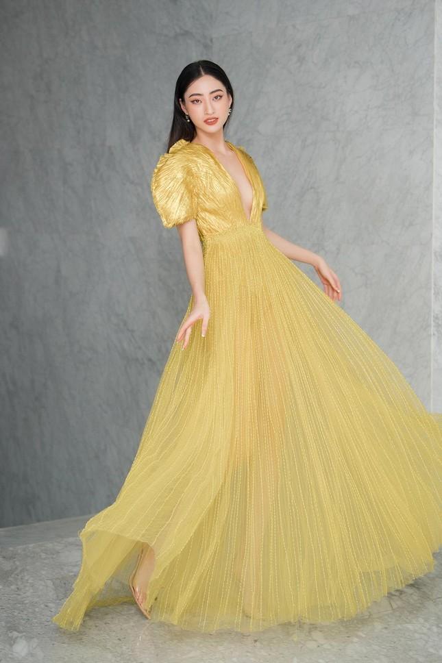 Mặc lại váy khoét lưng táo bạo của đàn chị Tiểu Vy, Đỗ Thị Hà được khen ngày càng quyến rũ ảnh 8