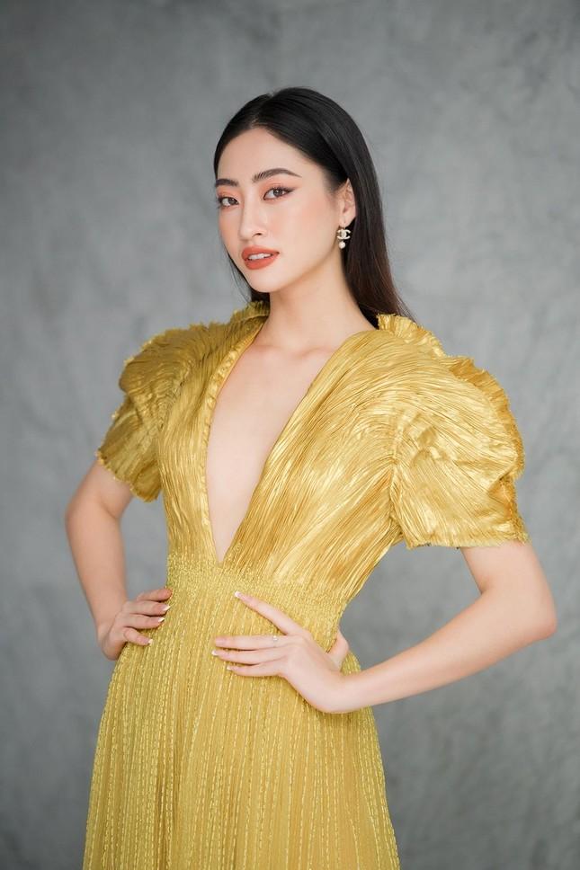 Mặc lại váy khoét lưng táo bạo của đàn chị Tiểu Vy, Đỗ Thị Hà được khen ngày càng quyến rũ ảnh 9