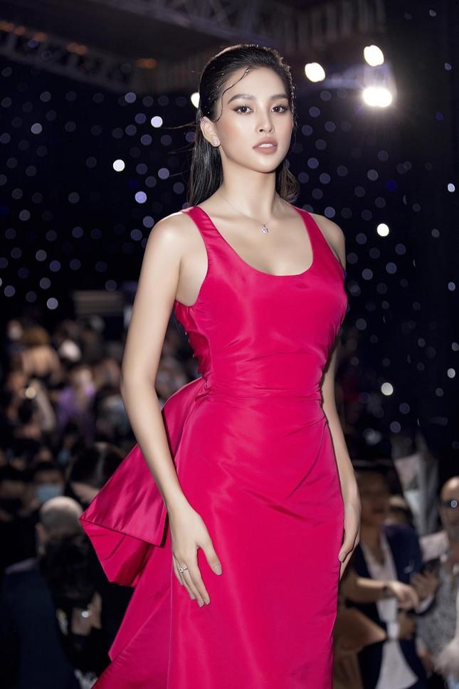 Mặc lại váy khoét lưng táo bạo của đàn chị Tiểu Vy, Đỗ Thị Hà được khen ngày càng quyến rũ ảnh 6