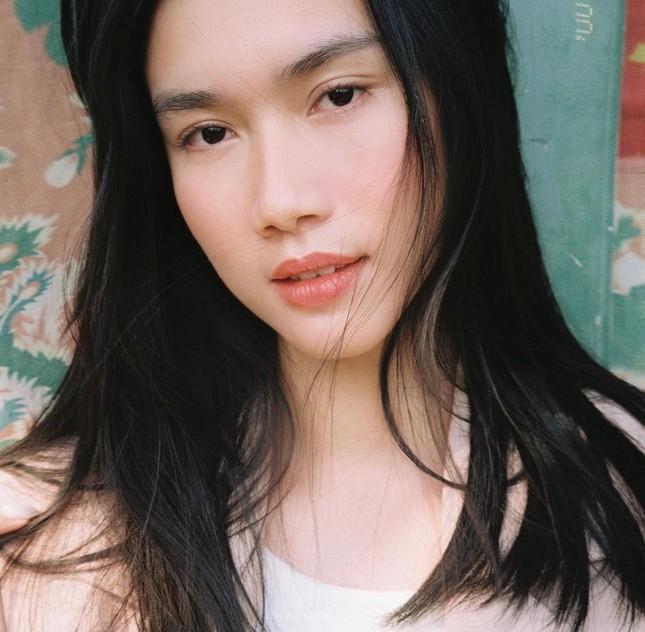 Tiểu Vy diện váy quyến rũ khoe dáng trước biển, Diễm Hương mặc váy bó sát nóng bỏng ảnh 5