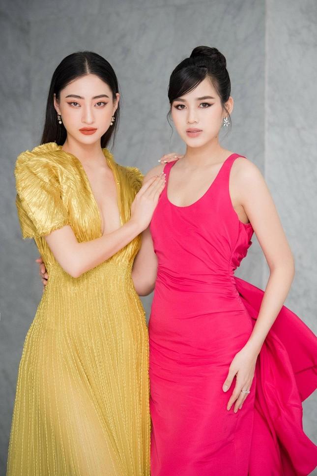 Mặc lại váy khoét lưng táo bạo của đàn chị Tiểu Vy, Đỗ Thị Hà được khen ngày càng quyến rũ ảnh 13