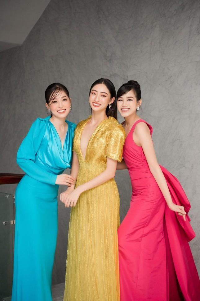 Mặc lại váy khoét lưng táo bạo của đàn chị Tiểu Vy, Đỗ Thị Hà được khen ngày càng quyến rũ ảnh 14