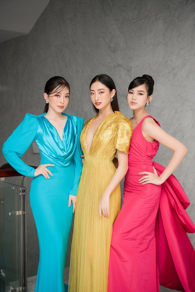 Mặc lại váy khoét lưng táo bạo của đàn chị Tiểu Vy, Đỗ Thị Hà được khen ngày càng quyến rũ ảnh 15