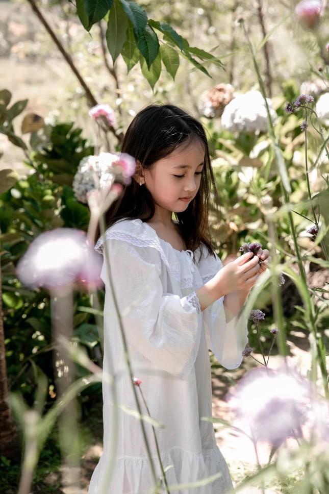 Con gái Hoa hậu Hà Kiều Anh ra dáng 'tiểu mỹ nhân', đẹp mong manh tựa nàng thơ ảnh 3