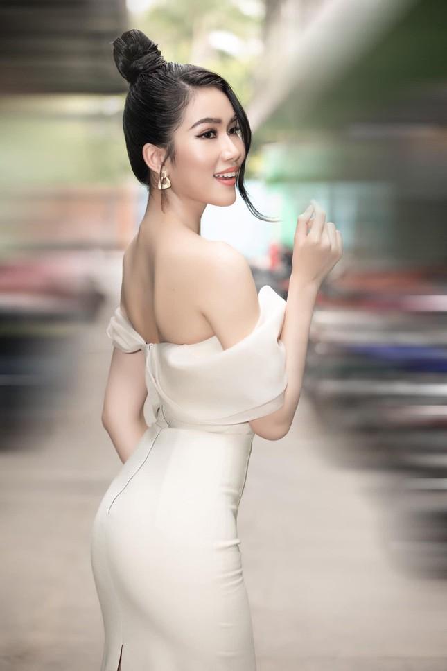 Á hậu Phương Anh ngày càng nóng bỏng, diện váy trễ vai khoe body 'đồng hồ cát' ảnh 3