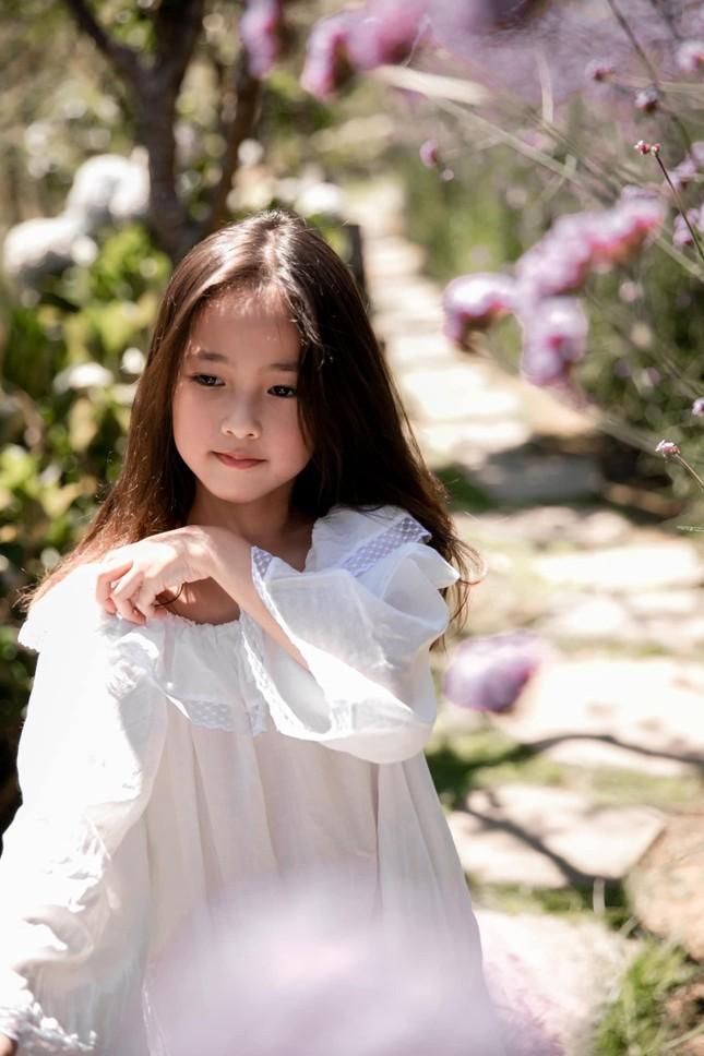 Con gái Hoa hậu Hà Kiều Anh ra dáng 'tiểu mỹ nhân', đẹp mong manh tựa nàng thơ ảnh 2