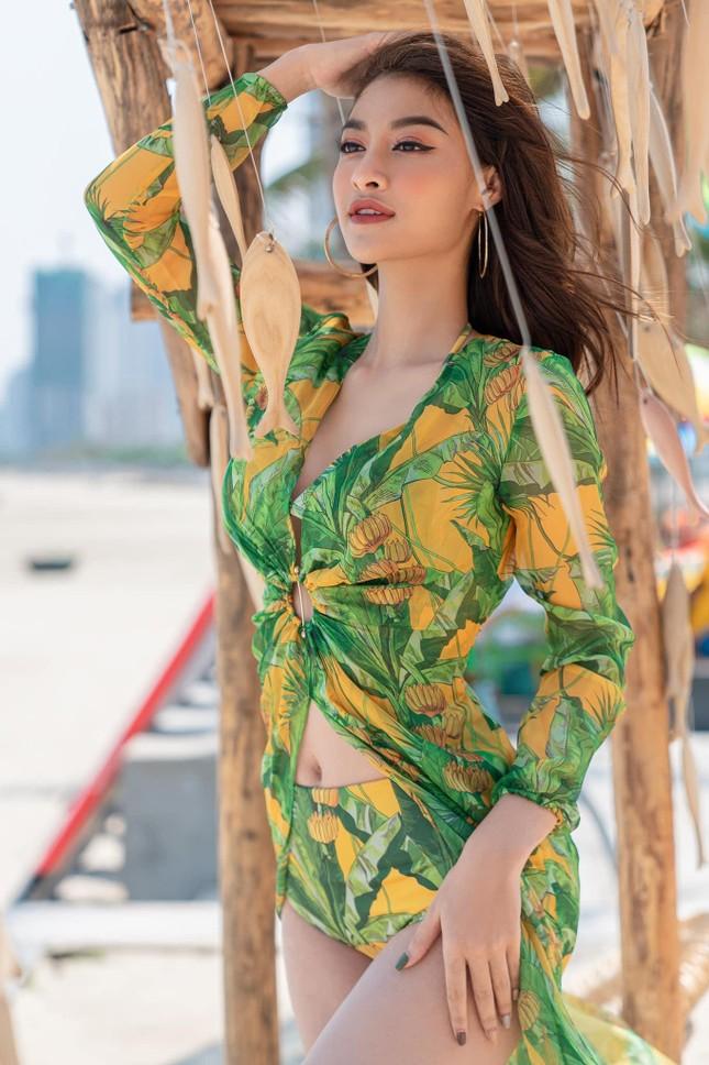 Tiểu Vy mặc áo tắm cắt xẻ nóng bỏng, Kiều Loan khoe eo 'con kiến' sexy trên biển ảnh 4