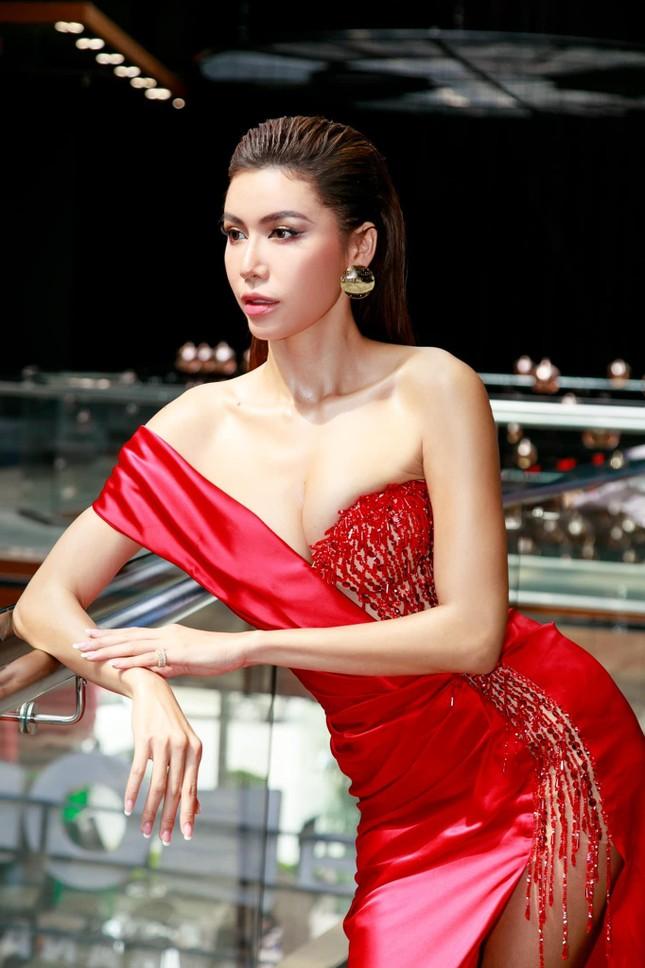 Tiểu Vy mặc áo tắm cắt xẻ nóng bỏng, Kiều Loan khoe eo 'con kiến' sexy trên biển ảnh 10