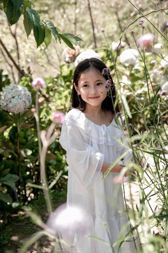 Con gái Hoa hậu Hà Kiều Anh ra dáng 'tiểu mỹ nhân', đẹp mong manh tựa nàng thơ ảnh 7