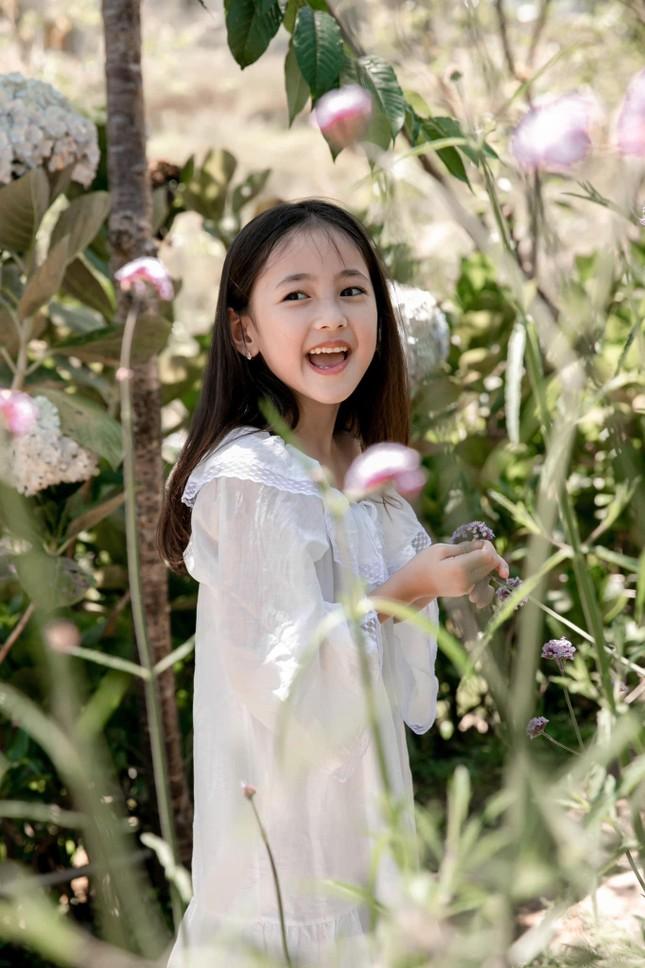 Con gái Hoa hậu Hà Kiều Anh ra dáng 'tiểu mỹ nhân', đẹp mong manh tựa nàng thơ ảnh 8