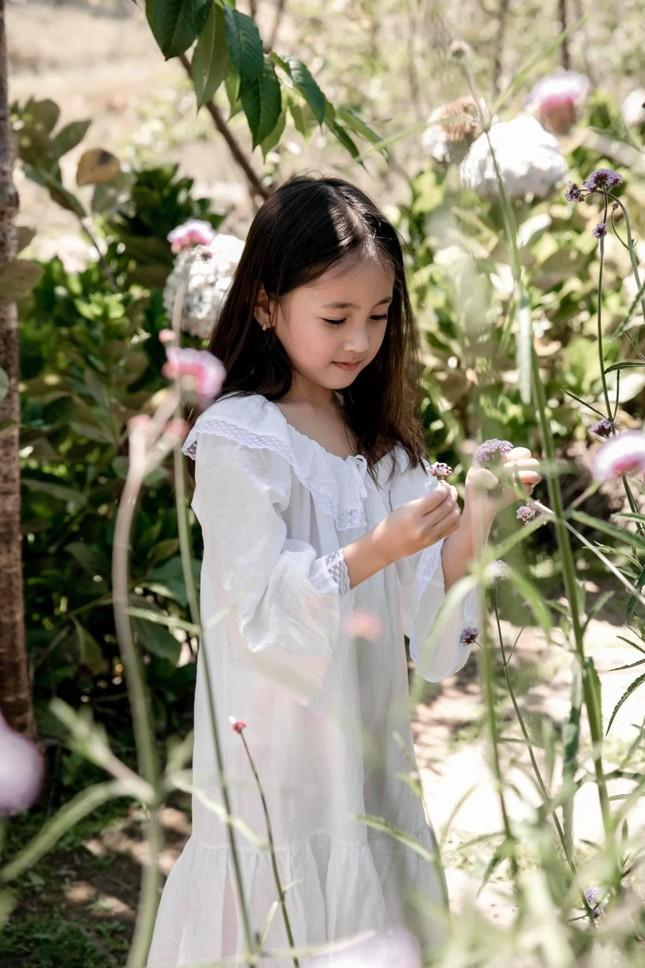Con gái Hoa hậu Hà Kiều Anh ra dáng 'tiểu mỹ nhân', đẹp mong manh tựa nàng thơ ảnh 9