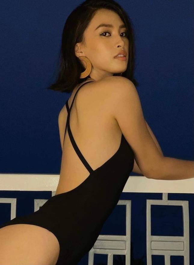 Tiểu Vy mặc áo tắm cắt xẻ nóng bỏng, Kiều Loan khoe eo 'con kiến' sexy trên biển ảnh 1