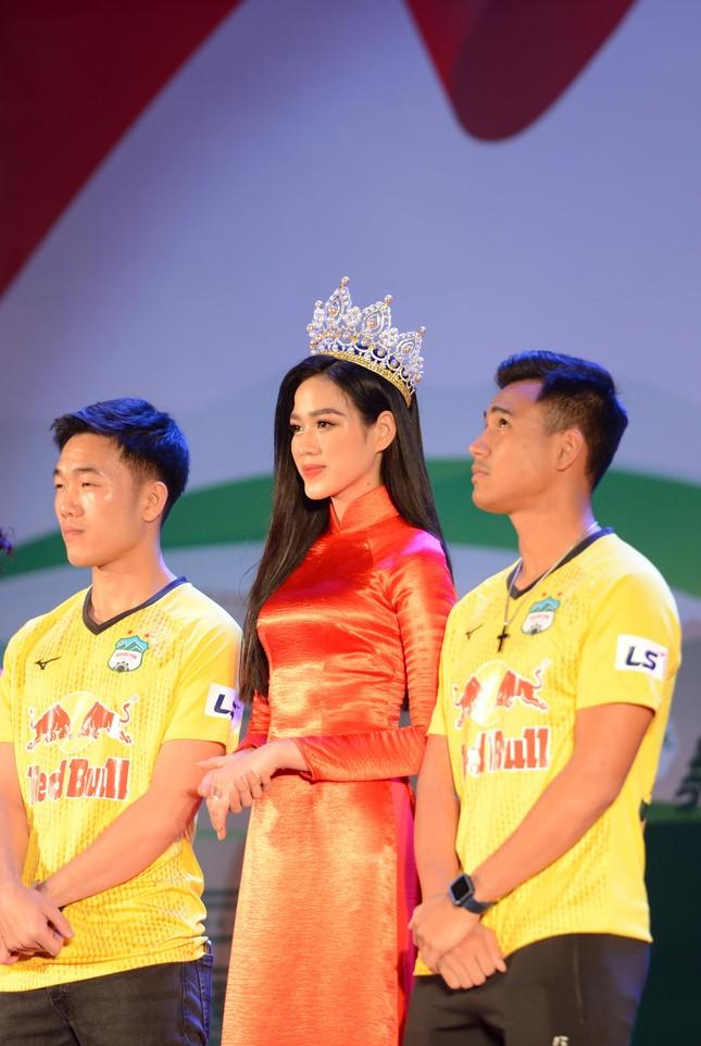 Khoảnh khắc Đỗ Thị Hà được fan khen xinh giống Hoa hậu Thế giới Trương Tử Lâm 'gây sốt' ảnh 6