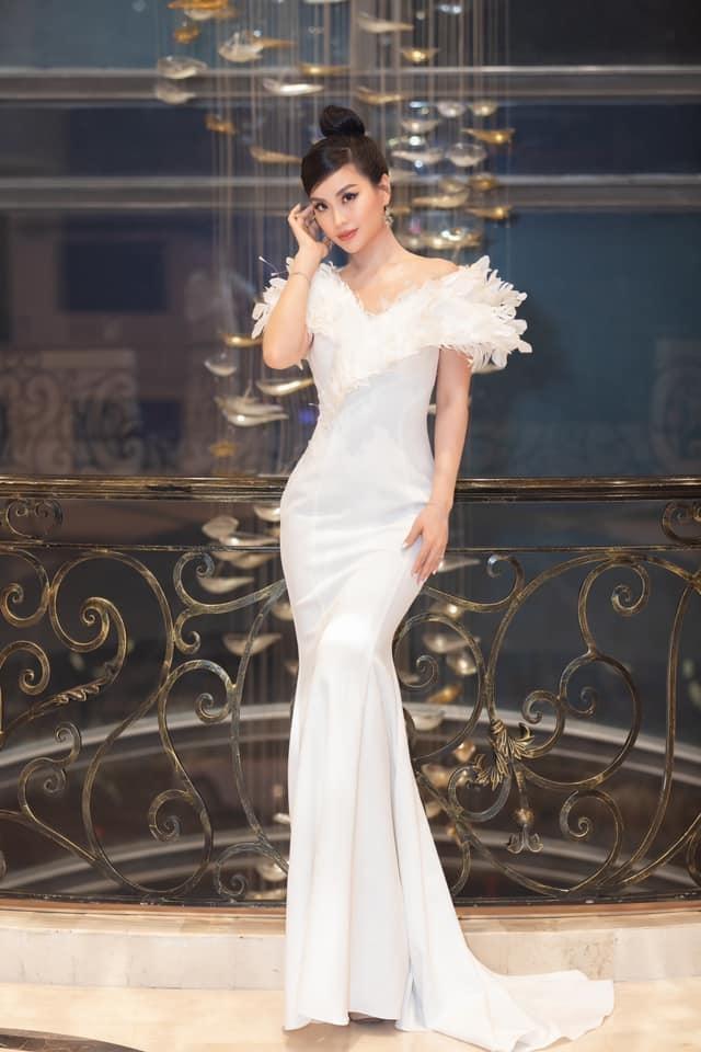 Mặc lại váy của Á hậu Diễm Trang, Đỗ Thị Hà được khen xinh đẹp tựa 'thiên nga trắng' ảnh 5