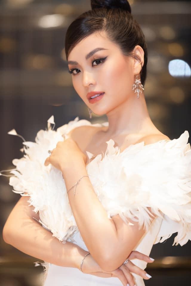 Mặc lại váy của Á hậu Diễm Trang, Đỗ Thị Hà được khen xinh đẹp tựa 'thiên nga trắng' ảnh 4