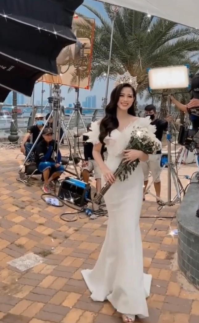 Mặc lại váy của Á hậu Diễm Trang, Đỗ Thị Hà được khen xinh đẹp tựa 'thiên nga trắng' ảnh 2