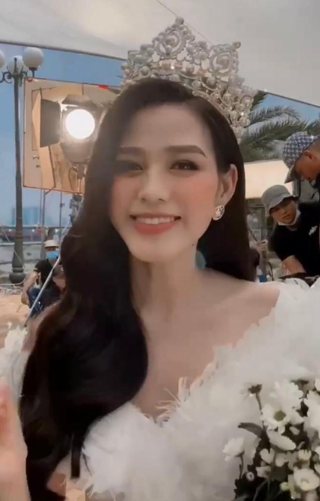 Mặc lại váy của Á hậu Diễm Trang, Đỗ Thị Hà được khen xinh đẹp tựa 'thiên nga trắng' ảnh 3
