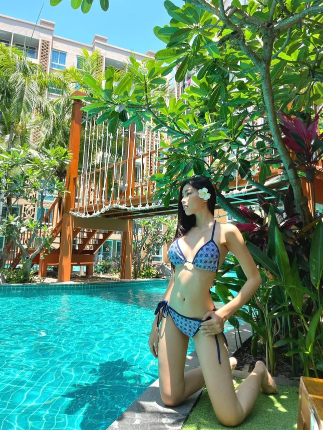 Dàn Hoa, Á hậu cùng diện bikini nóng bỏng chào hè ảnh 4