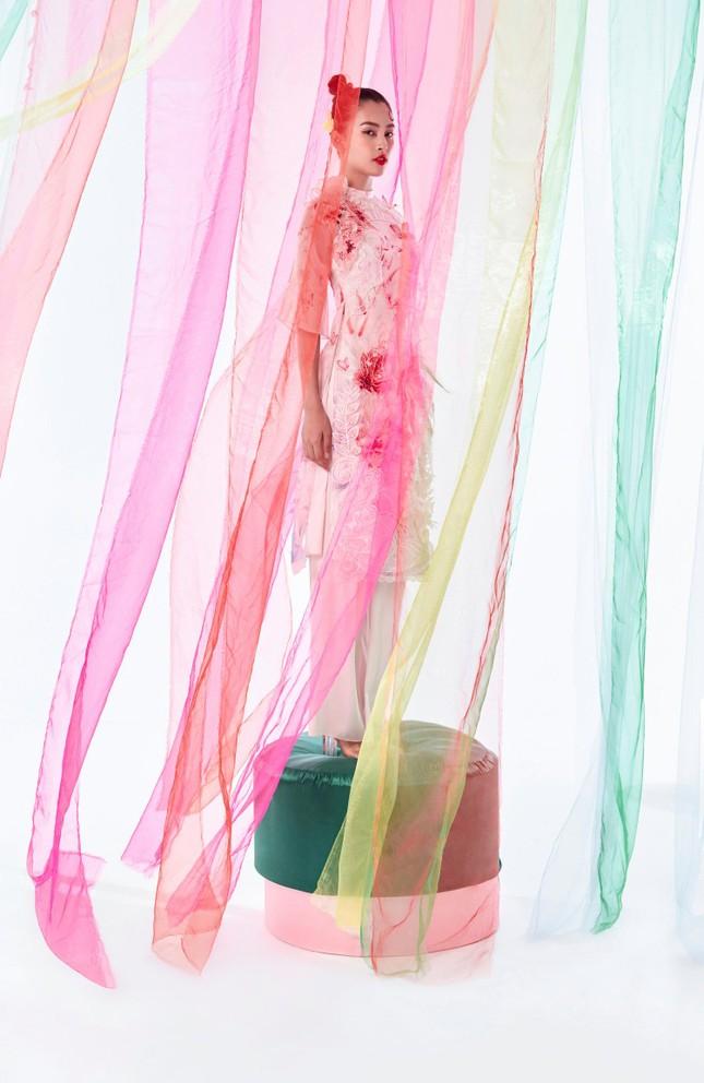 Tiểu Vy biến hóa như 'tắc kè hoa', thành mỹ nhân cổ trang với áo dài cách điệu ảnh 2