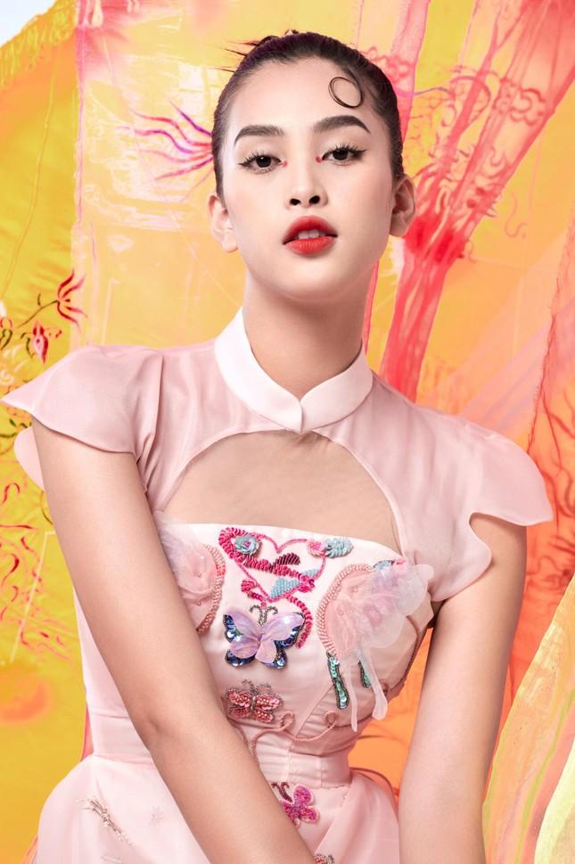 Tiểu Vy biến hóa như 'tắc kè hoa', thành mỹ nhân cổ trang với áo dài cách điệu ảnh 1