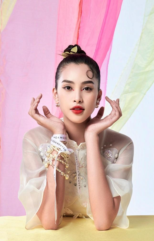 Tiểu Vy biến hóa như 'tắc kè hoa', thành mỹ nhân cổ trang với áo dài cách điệu ảnh 4