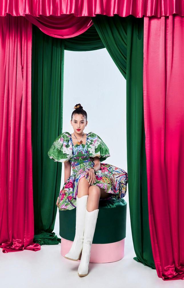 Tiểu Vy biến hóa như 'tắc kè hoa', thành mỹ nhân cổ trang với áo dài cách điệu ảnh 9