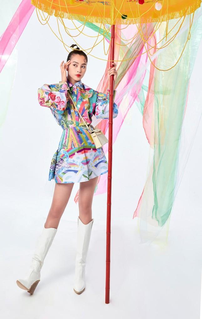 Tiểu Vy biến hóa như 'tắc kè hoa', thành mỹ nhân cổ trang với áo dài cách điệu ảnh 7