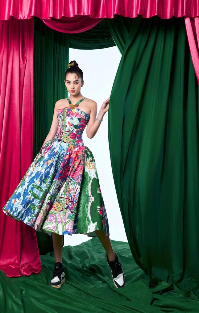 Tiểu Vy biến hóa như 'tắc kè hoa', thành mỹ nhân cổ trang với áo dài cách điệu ảnh 10