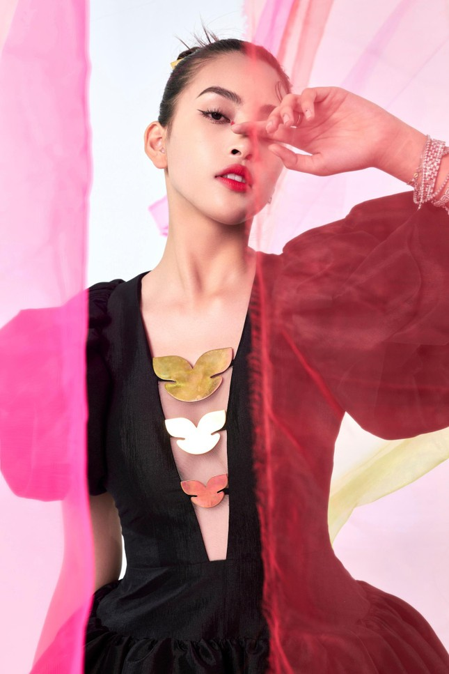 Tiểu Vy biến hóa như 'tắc kè hoa', thành mỹ nhân cổ trang với áo dài cách điệu ảnh 13