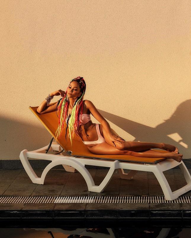 H'Hen Niê chào hè bằng bộ ảnh bikini khoe body 'đồng hồ cát' cực nóng bỏng ảnh 2