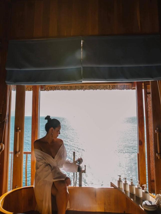 Á hậu Phương Anh diện váy cúp ngực nóng bỏng, Lương Thuỳ Linh quấn khăn làm áo cực sexy ảnh 6