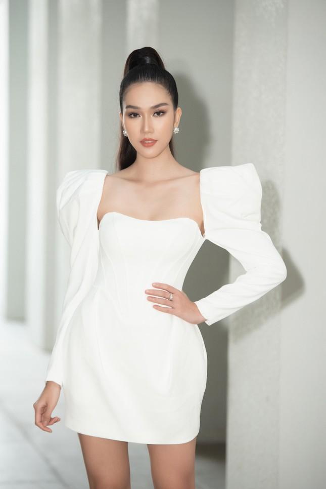 Á hậu Phương Anh diện váy cúp ngực nóng bỏng, Lương Thuỳ Linh quấn khăn làm áo cực sexy ảnh 1