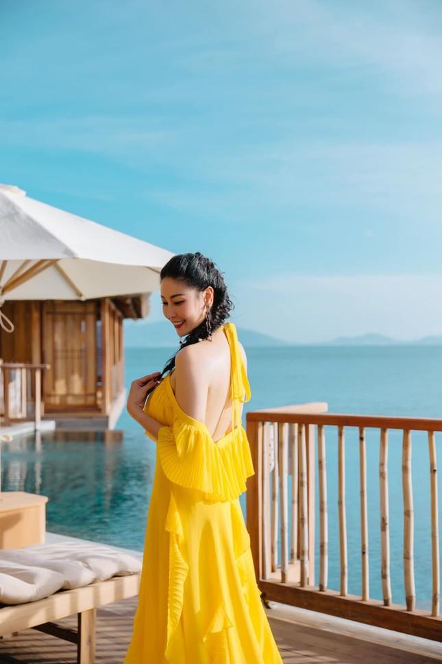 Hà Kiều Anh diện váy vàng rực khoe trọn lưng trần, đẹp như 'nữ thần' trên biển ảnh 2