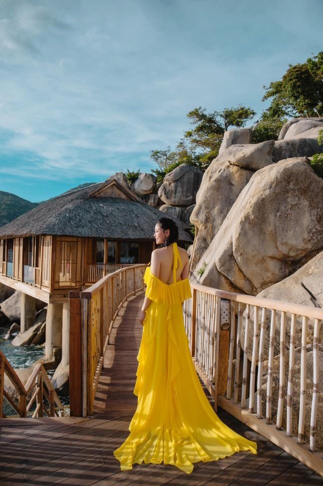 Hà Kiều Anh diện váy vàng rực khoe trọn lưng trần, đẹp như 'nữ thần' trên biển ảnh 5