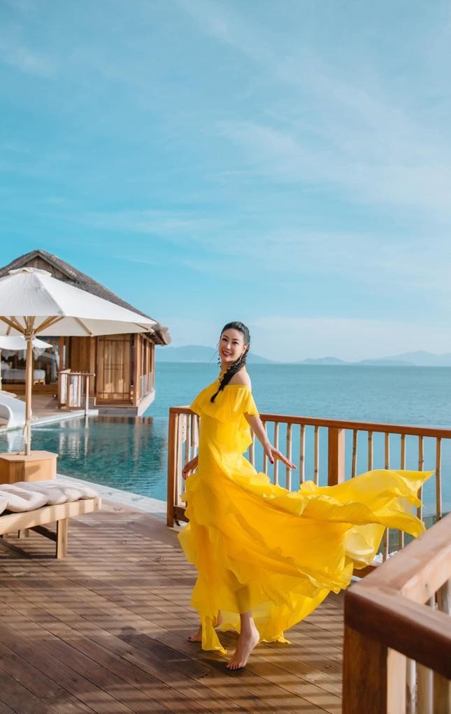 Hà Kiều Anh diện váy vàng rực khoe trọn lưng trần, đẹp như 'nữ thần' trên biển ảnh 3