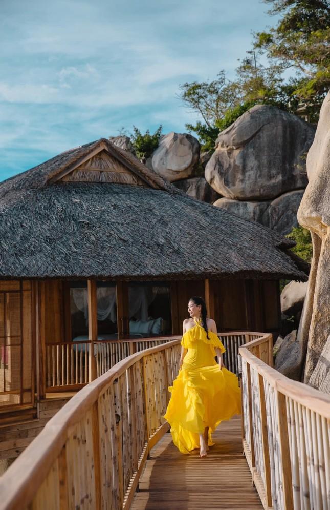 Hà Kiều Anh diện váy vàng rực khoe trọn lưng trần, đẹp như 'nữ thần' trên biển ảnh 6