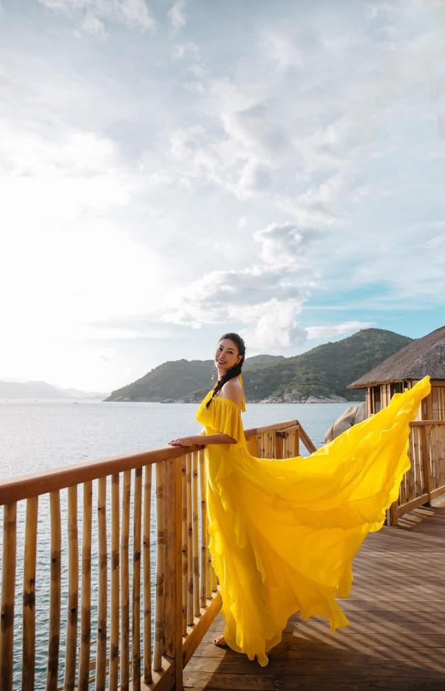 Hà Kiều Anh diện váy vàng rực khoe trọn lưng trần, đẹp như 'nữ thần' trên biển ảnh 7
