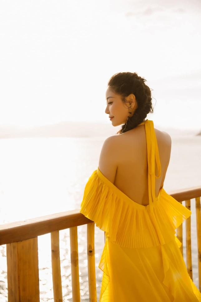 Hà Kiều Anh diện váy vàng rực khoe trọn lưng trần, đẹp như 'nữ thần' trên biển ảnh 8
