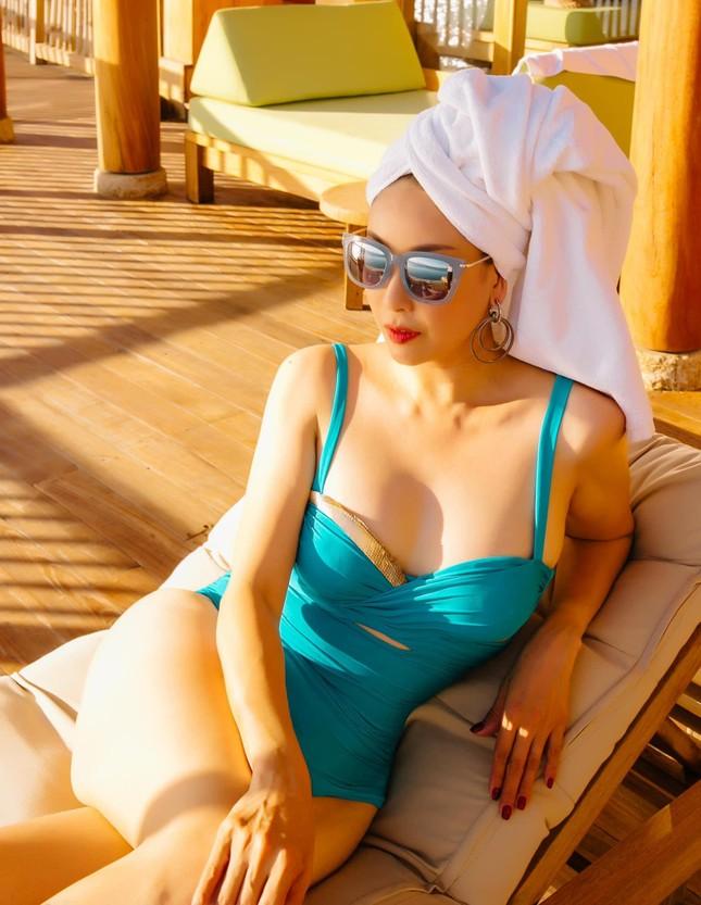Tiểu Vy mặc áo corset trễ nải nóng bỏng, Hà Kiều Anh diện áo tắm sexy 'đỉnh cao' ở tuổi 45 ảnh 3