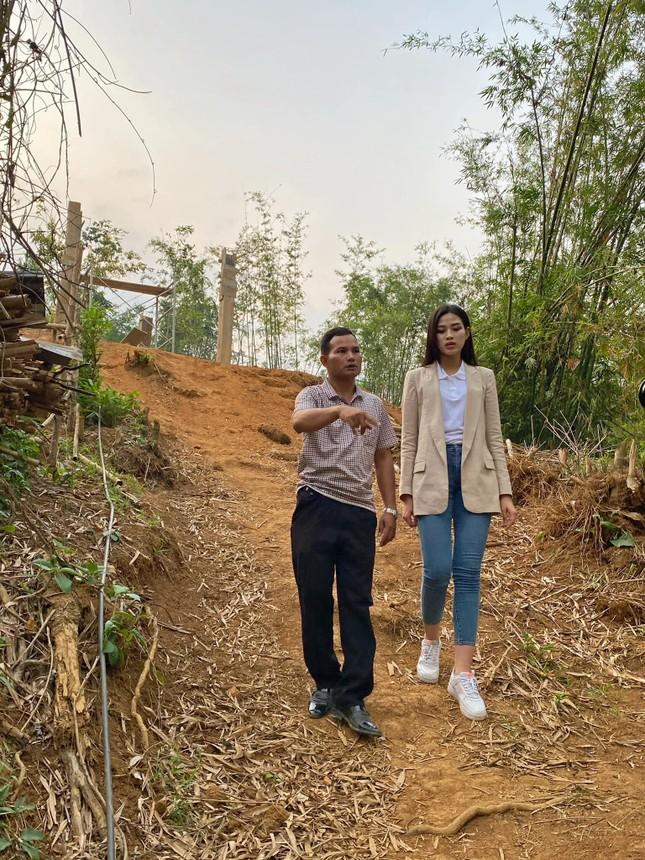 Hoa hậu Đỗ Thị Hà trèo đèo lội suối đi khảo sát dự án Nhân ái cho Miss World ảnh 5
