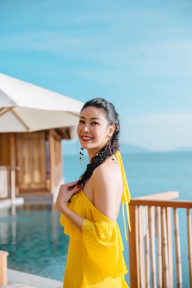 Hà Kiều Anh diện váy vàng rực khoe trọn lưng trần, đẹp như 'nữ thần' trên biển ảnh 10